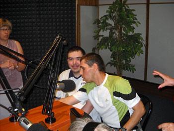 Krzyś i Rafał przy mikrofonach