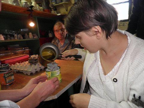 Agnieszka odlewa świecę