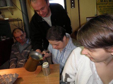 Anna odlewa świeczkę