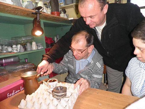 Tadeusz odlewa świeczkę